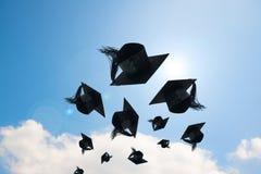 Avläggande av examendag, bilder av avläggande av examenlock eller hatt som kastar i arkivfoto