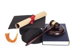 Avläggande av examenhatt med den diplom-, domareauktionsklubban och boken Arkivbild