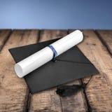 Avläggande av examenhatt och diplom på träbakgrund royaltyfri bild