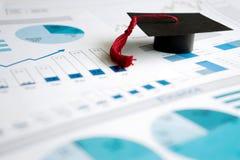 Avläggande av examenlock på blåa utskrivavna grafer och diagram Royaltyfria Bilder