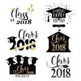 Avläggandet av examen önskar samkopieringar som märker etikettdesignuppsättningen Retro doktorand- grupp av 2018 emblem Fullfölja Arkivfoton