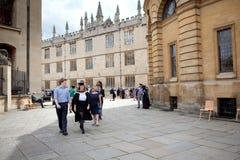 Avläggandet av examen av studenterna i Oxford Arkivfoto
