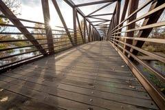 Avlägsen fotbro på den Boise floden med fotgängare Arkivfoton