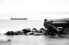 Avlägsen fraktbåt Arkivbilder