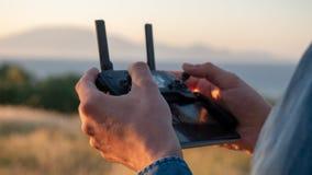 Avlägsen kontrollant för surr som är i bruk fotografering för bildbyråer