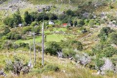 Avlägsen lantlig irländsk lantgård i berg Royaltyfri Bild