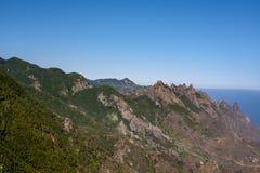 Avlägsen sikt över det Anaga berget arkivfoton