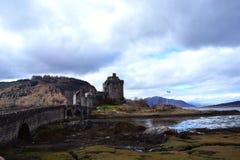 Avlägsen sikt av den forntida slotten i Skottland Royaltyfri Bild