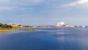 Avlägsen sikt av den forntida slotten och hamnen Arkivbilder