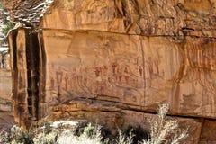 Avlägsen sikt av 'den främmande 'Petroglyphväggen royaltyfri fotografi