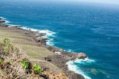 Avlägsen sikt av den steniga kusten av Tenerife royaltyfri fotografi