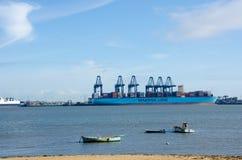 Avlägsen sikt av Flexistowe från Harwich med fartyg i förgrund Arkivfoton