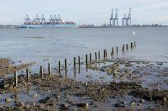 Avlägsen sikt av Flexistowe från Harwich med stranden i förgrund Royaltyfri Fotografi