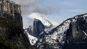 Avlägsen sikt av Halfdome med snö Yosemite Arkivbild