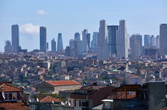 Avlägsen sikt av skyskrapor i Istanbul Royaltyfri Foto