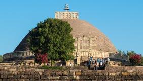 Avlägsen sikt av stora Stupa som besöker vid turister Arkivfoton