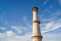 Avlägsen sikt av tornet med molnig himmel över. Royaltyfri Foto
