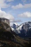 Avlägsen sikt Halfdome och snö för moln för blå himmel för dal Royaltyfria Foton