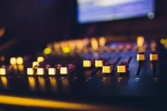 Avlägsen solid direktör för solid blandare konsol dj Musikproducent Ljudsignal utjämnare solid ackompanjemang fotografering för bildbyråer