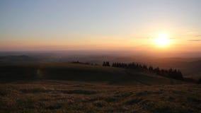 Avlägsen solnedgång på horisonten arkivfilmer