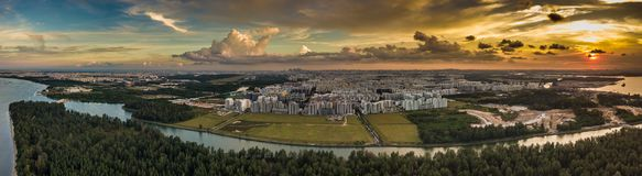 Avlägsen stad på solnedgången arkivbilder