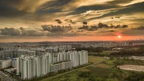Avlägsen stad på solnedgången royaltyfri bild