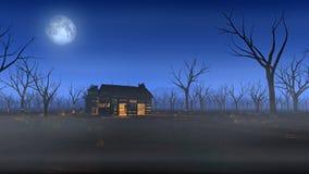 Avlägsen träkabin i dimmigt landskap med döda träd på månsken Royaltyfri Foto