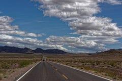 Avlägsen väg i Death Valley Arkivbild