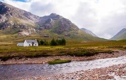 Avlägsen vit kabin i högländerna Royaltyfri Fotografi