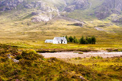 Avlägsen vit kabin i högländerna Arkivfoton