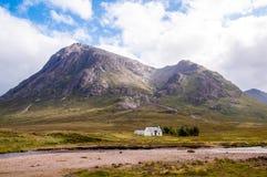Avlägsen vit kabin i högländerna Royaltyfri Foto