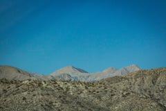 Avlägset berg i den Kalifornien öknen royaltyfria foton