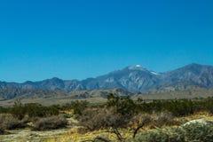 Avlägset berg med ökenlandskap fotografering för bildbyråer