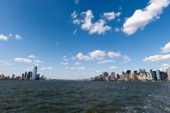 Beskåda av Manhattan från en färja Royaltyfria Bilder