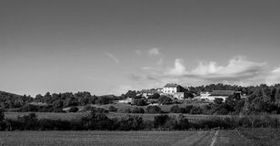 Avlägset hus i skogarna av Provence, Frankrike Arkivfoto