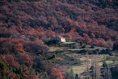 Avlägset hus i skogarna av Provence, Frankrike Arkivfoton