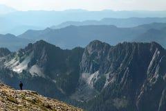 Avlägsna bergskedjor royaltyfri bild