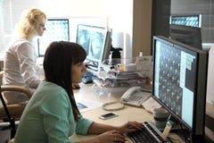 Avläs det medicinska provet /examination i ett modernt sjukhus MRI-maskin och skärmar med doktorn Royaltyfri Fotografi