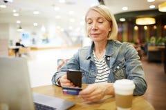 Avläsande kreditkort för online-betalning fotografering för bildbyråer