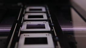 Avläsande 35mm glidbanor stock video