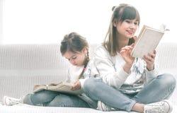 avläsning för bokdottermom arkivfoton