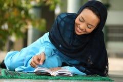 avläsning för flickaKoranenmuslim royaltyfria bilder