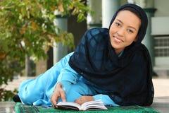 avläsning för flickaKoranenmuslim arkivfoton
