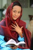 avläsning för flickamuslimqur royaltyfri bild