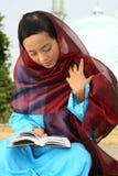 avläsning för flickamuslimqur royaltyfria foton