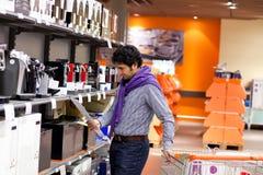 avläsning för man för coffeyanvisningsmaskin Royaltyfri Fotografi
