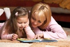 avläsning för moder för bokflicka liten Arkivbild