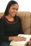 avläsningskvinna royaltyfria foton