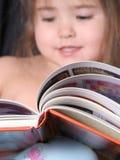 avläsningslitet barn för 2 bok Arkivbilder