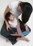 avläsningsson för 2 moder arkivfoto